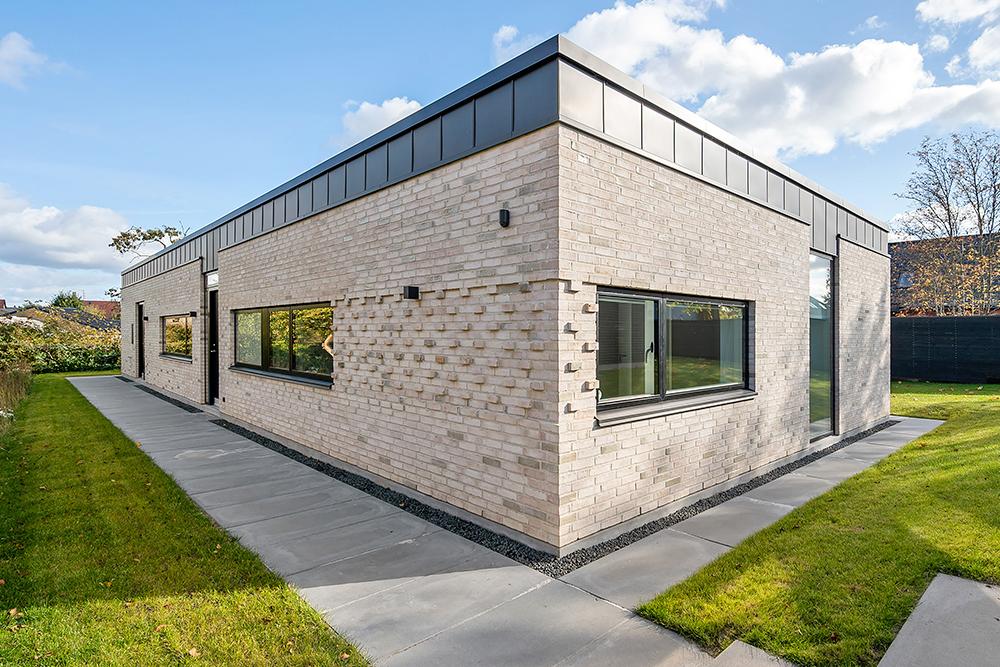 Moderne og minimalistisk villa med recesmurværk