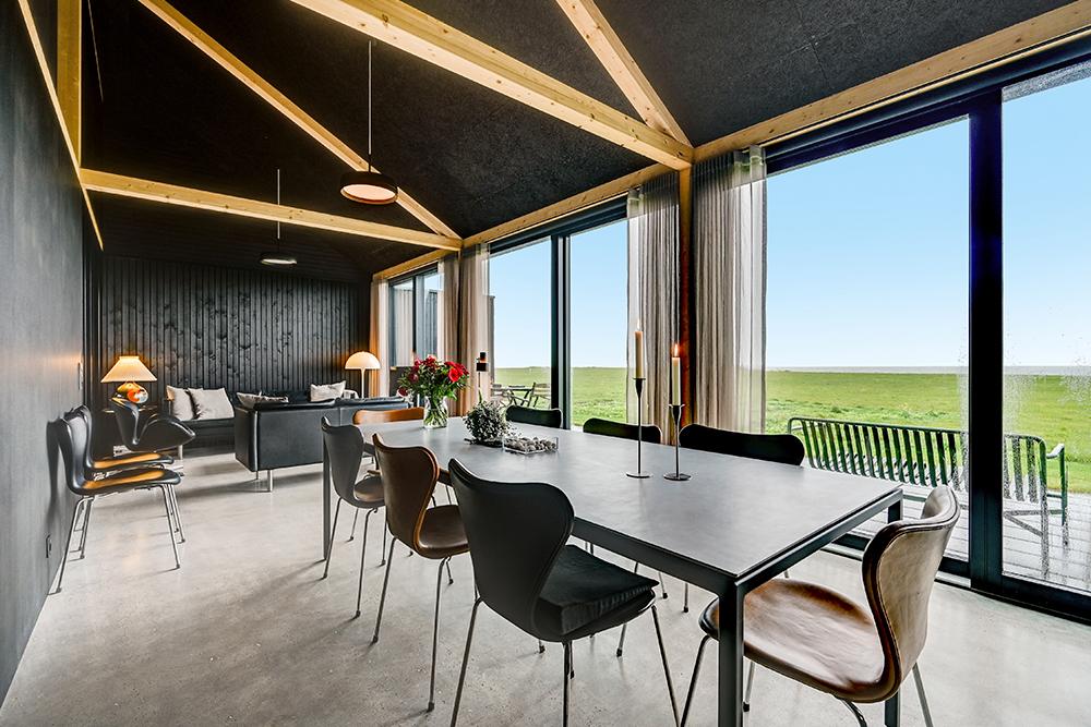 Råt og moderne arkitekttegnet sommerhus ved strandkanten